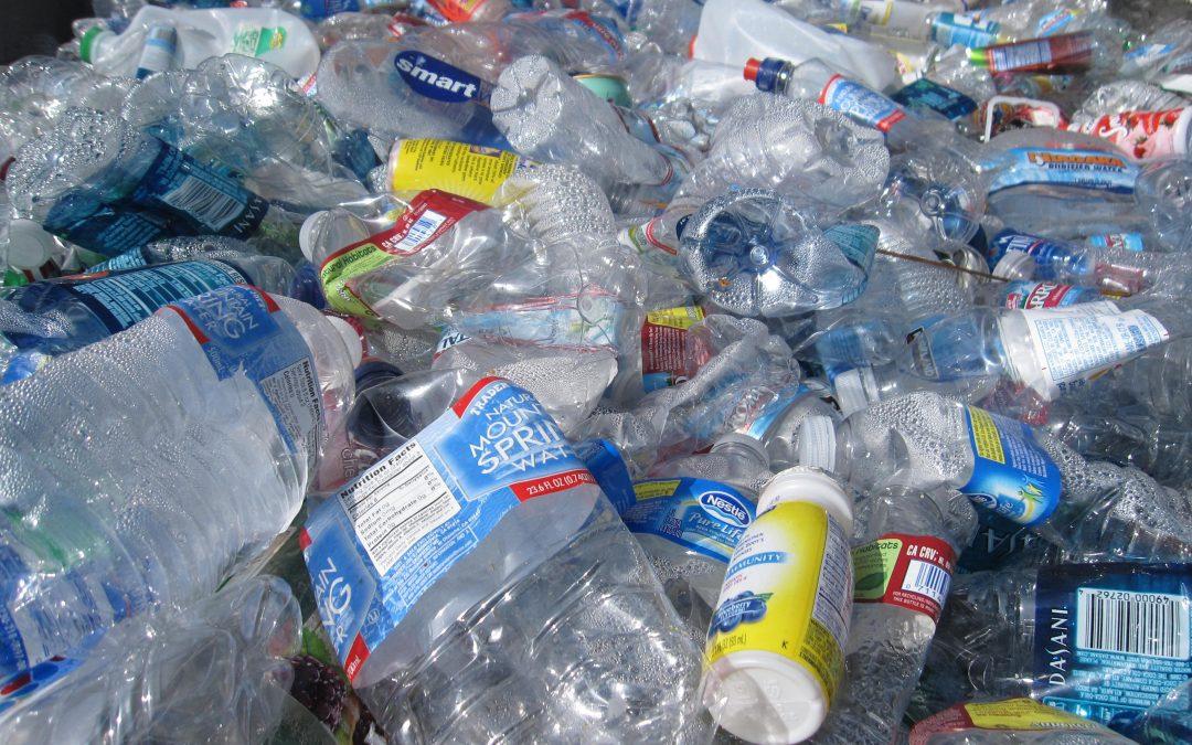 Plastique dans l'eau: des embouteilleurs ont-ils été insouciants?